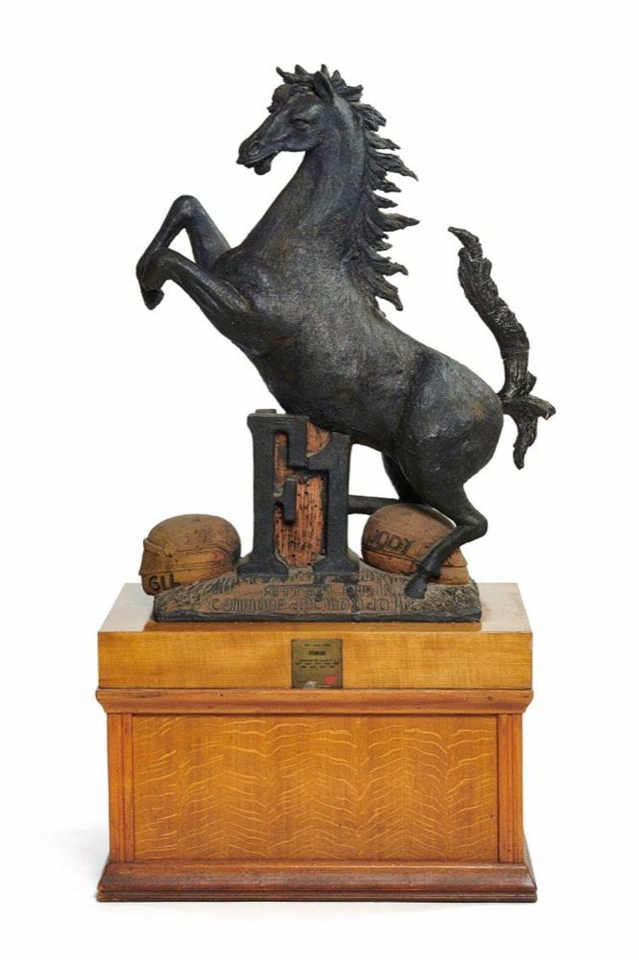 « Puis cette petite sculpture de terre cuite symbolisant Il Cavallino Rampante [le cheval cabré] et qui trônait à l'accueil du restaurant depuis 1979 (lot 3). C'est plus pour le souvenir et l'histoire qu'elle a vu défiler que pour sa valeur intrinsèque. Pour les nostalgiques. » Estimation : 5 000-8 000 €.