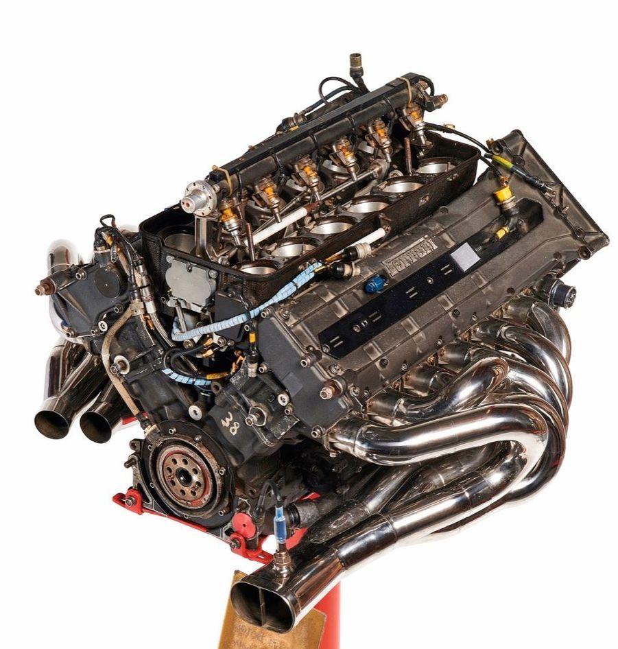 « En deuxième, le dernier bloc à 12 cylindres ayant couru en formule 1 (lot 86). C'est avec ce moteur que Michael Schumacher fera ses premiers essais avant d'être engagé par l'écurie. C'est à la fois une sculpture, un morceau d'histoire et la quintessence d'un savoir-faire. » Estimation : 70 000-80 000 €.