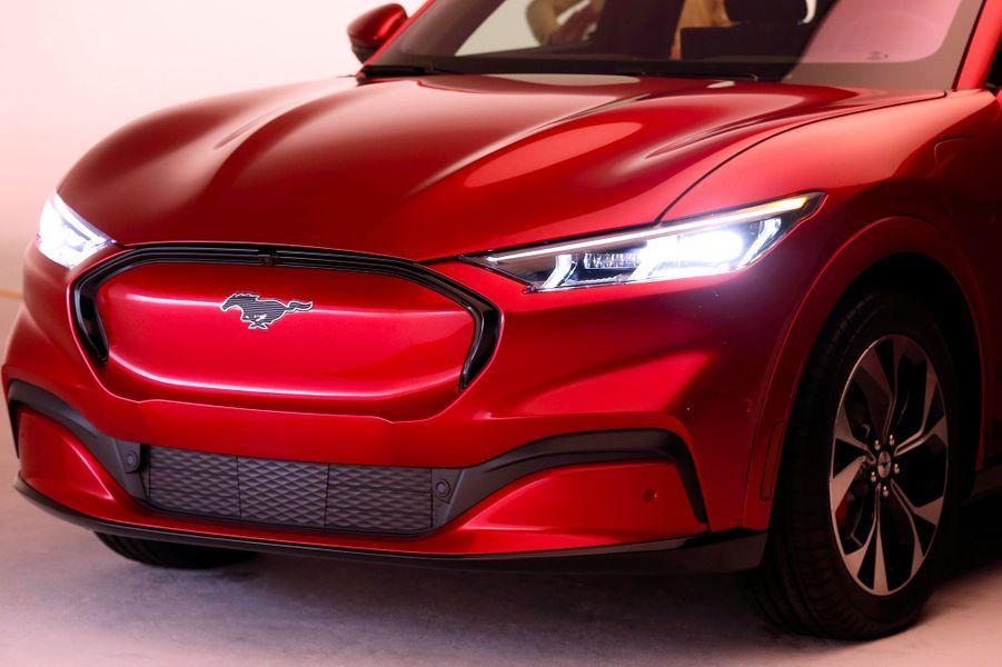 Baptisé Mach-E et attendu chez les concessionnaires fin 2020, le SUV électrique de Mustang (Ford) sera vendu environ 45 000 dollars (pris de base) aux Etats-Unis.