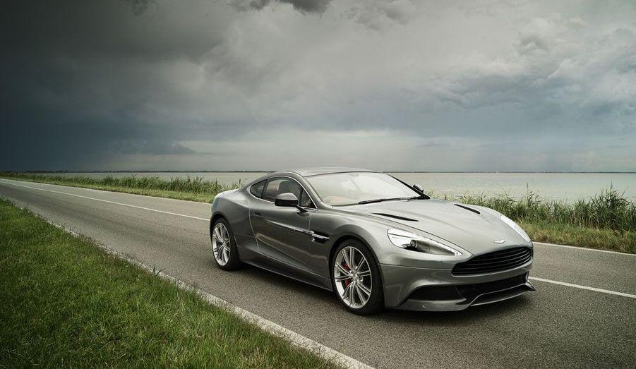 Elle sera sans aucun doute l'une des plus belles à la porte de Versailles. L'Aston Martin Vanquish, nouveau modèle du constructeur britannique préféré de James Bond, a tout pour faire rêver les visiteurs du Mondial de l'Automobile. Cette Vanquish a l'élégance traditionnelle des Aston, à laquelle elle ajoute des éléments qui marquent une vocation sportive. Agressive, mais avec subtilité, elle a de quoi rendre jalouse bien des concurrentes, de Porsche à Ferrari.