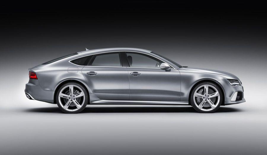 Audi n'a pas ménagé ses efforts pour transformer la RS7 en voiture (un peu) respectueuse de l'environnement. Le gros V8 est couplé à un stop and start, ainsi qu'à la technologie cylindres à la demande, qui désactive une partie du moteur en cas de faibles sollicitations. Audi promet une consommation moyenne de 9,8 litres aux 100 km.
