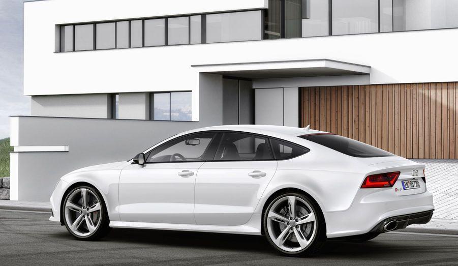 Audi a doté sa RS7 d'un V8 de 4.0 litres de cylindrée à double turbo qui développe 560 chevaux et un couple digne d'un camion de 700 Nm.