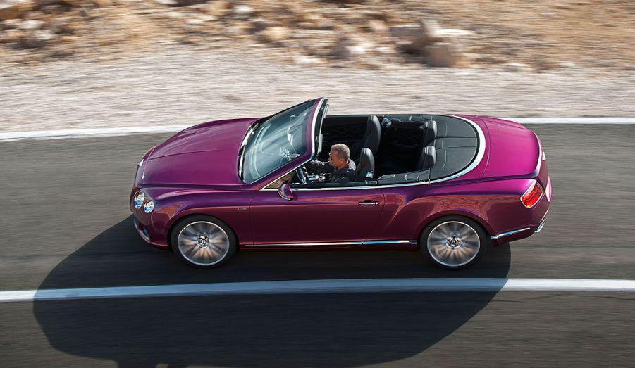 On peut rouler au grand air avec la Continental GT Speed. Mais il faudra se résoudre à émettre une grosse quantité de CO2: 347 g/km.