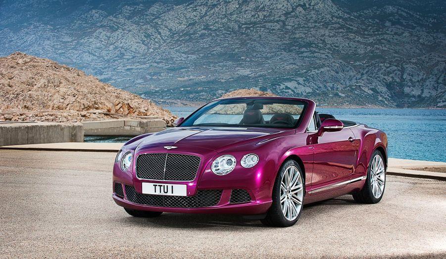 Sous le capot, la Bentley reprend le démentiel moteur W12 du coupé. Avec 616 chevaux et une vitesse de pointe de 325 km/h, le cabriolet Continental GT Speed est la découvrable à quatre places la plus rapide du monde.