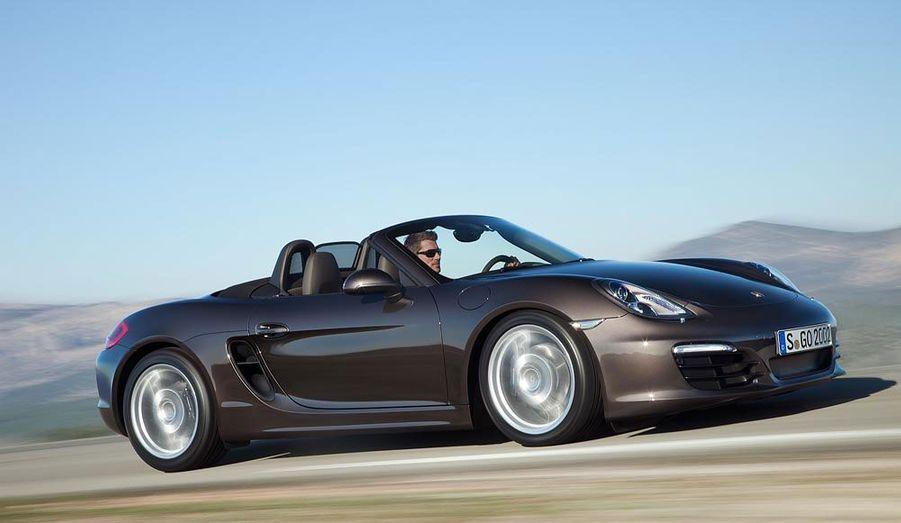 Né dans l'ombre de la mythique 911 en 1996, le petit Boxster s'est néanmoins imposé au sein de la gamme Porsche. Le constructeur de Zuffenhausen vient de dévoiler la troisième génération de ce roadster. La nouvelle mouture du Boxster n'a rien de déstabilisant, mais elle affirme nettement sa personnalité, avec par exemples des prises d'air béantes sur les flancs.