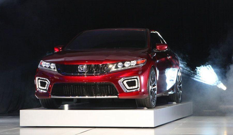 L'Honda Accord est le fer de lance du constructeur japonais aux Etats-Unis. Ce concept reprend en partie l'allure de la version européenne et introduit une motorisation plug-in hybrid.