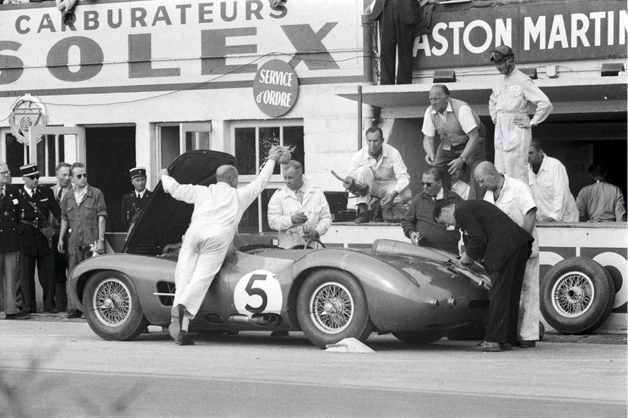 En 1959, Aston Martin remporte, pour la première et unique fois, les 24 Heures du Mans grâce au duo Salvadori-Shelby. Au terme de la saison, la marque de David Brown annonce son retrait des courses d'endurance. En 2013, la participation d'Aston Martin sur le circuit de la Sarthe a été endeuillée par la mort du pilote danois Allan Simonsen.