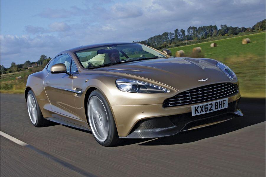 Symbole de l'histoire tumultueuse d'Aston Martin, la Vanquish 2013 jouit d'une aura intacte, en dépit d'une technologie dépassée par la concurrence Porsche ou Ferrari. En un siècle, le constructeur britannique n'a produit que 60 000 voitures. Andrea Bonomi, le nouvel actionnaire majoritaire italien, aura-t-il les moyens de faire perdurer le mythe ? That is the question…