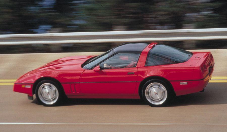 Avec la C4, Chevrolet remet vraiment sa Corvette en question. Cette nouvelle génération est entièrement nouvelle. Ses lignes évoquent bien la précédente Corvette, mais elles ont gagné en pureté.
