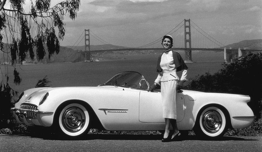 La première génération de Corvette offrira dans un premier temps un six-cylindres en ligne sous son capot, avant de se convertir au V8 de forte cylindrée, «big block» qui sera la marque de fabrique de l'auto. A la faveur d'un restylage majeur, elle gagnera deux phares supplémentaires sur la partie avant, avant de céder la place à la C2 en 1963.