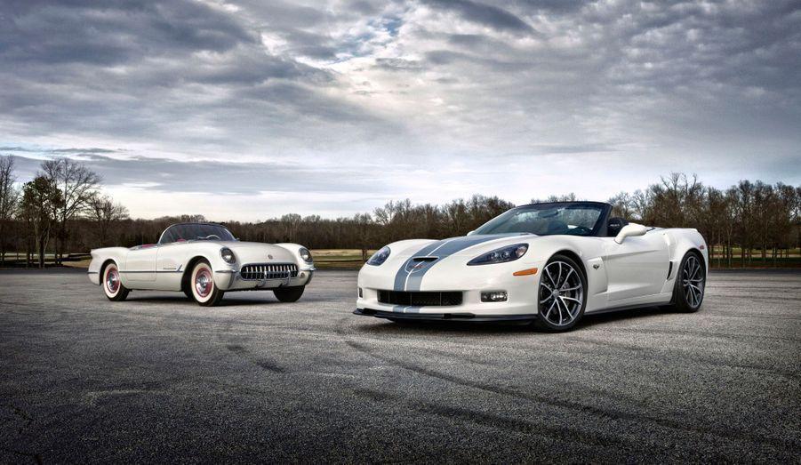 Lancée en 1953, la Corvette est la quintessence de la voiture de sport à l'américaine. Alors qu'une septième génération doit être dévoilée au salon de Detroit, retour sur la carrière d'une auto de légende. Sur cette image, la première génération, dite C1, côtoie l'ultime déclinaison de la Corvette C6, la 427. Doté d'un V8 de 7.0 litres développant 505 chevaux, une anomalie à l'heure du «downsizing», ce cabriolet hyper-puissant propose une sportivité qui ne s'encombre pas de fioritures. Comme ses glorieux ancêtres.