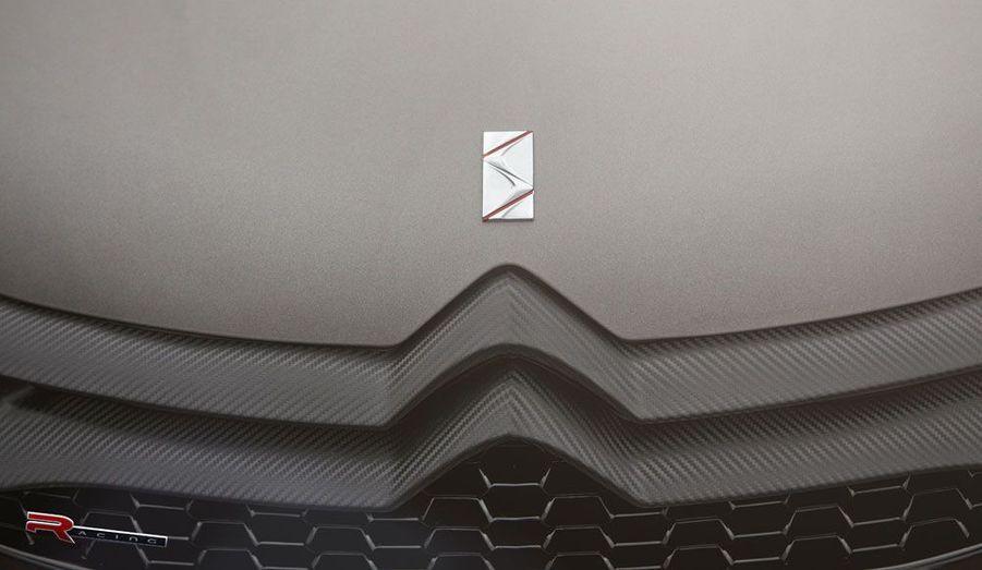 Comme le suggèrent les images fournies par Citroën, le concept paraît couvert d'inserts de carbone. Reste à voir si la version de série conservera ce couteux attribut.
