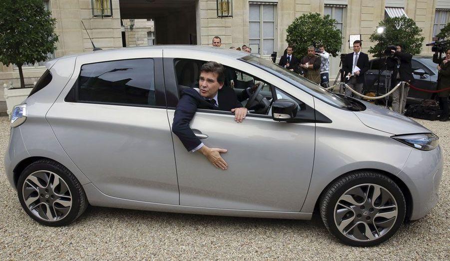 Renault a au moins trouvé un client heureux pour sa Zoé électrique: le ministre du Redressement productif, Arnaud Montebourg, n'a cessé de faire la promotion de cette citadine zéro émissions, n'hésitant pas à parader devant les journalistes à la sortie du Conseil des ministres.