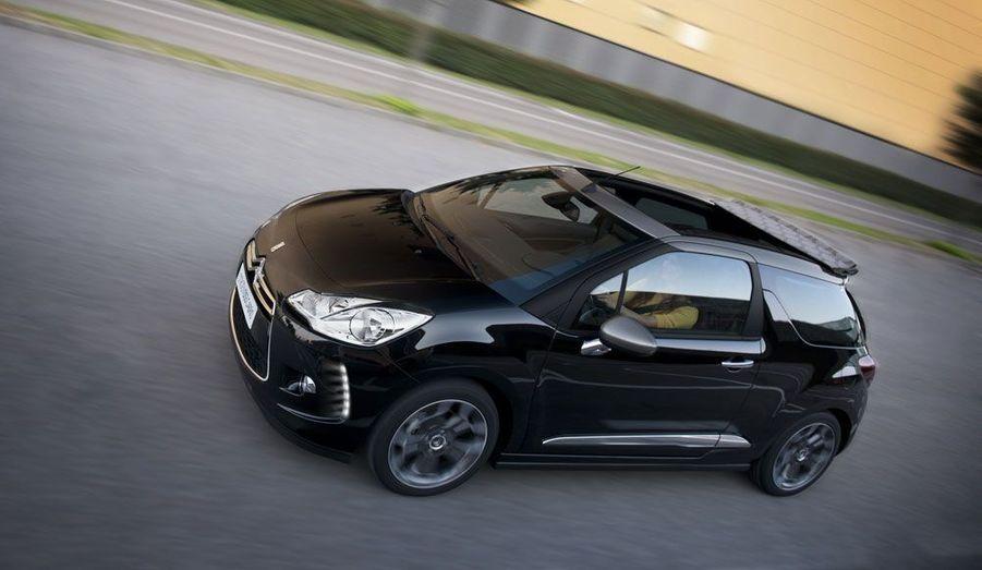 Citroën n'a pas encore dévoilé la gamme des moteurs qui se retrouveront sous le capot de cette version Cabrio. Le constructeur s'est contenté d'indiquer qu'une version «99g de CO2» serait disponible dès l'arrivée en concessions, début 2013.