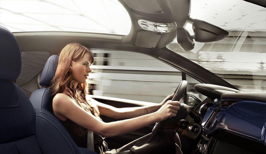 Citroën assure que l'expérience de conduite de la DS3, particulièrement réjouissante dans sa version «avec toit», se retrouvera dans la version Cabrio. La préservation des arches latérales, à l'inverse d'un cabriolet traditionnel, devrait aider à conserver la rigidité. Verdict sur la route.