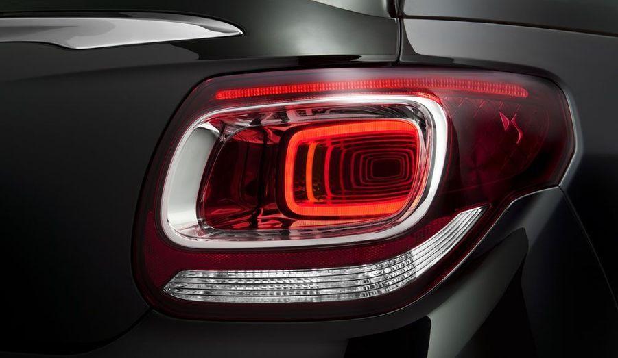 Citroën est particulièrement fier du dessin des feux arrières de la DS3 Cabrio. Dotés de LED, ils sont agrémentés d'un jeu de miroirs qui donne l'illusion d'une répétition.