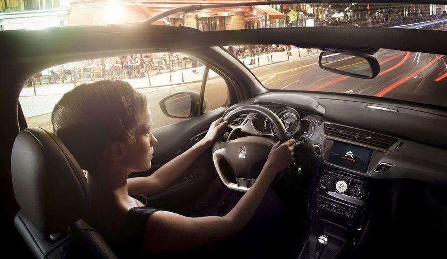 Citroën annonce de légères modifications dans le poste de conduite de la DS3 Cabrio par rapport à l'originale dotée d'un toit. Si le dessin de la planche de bord n'évolue pas, de nouveaux coloris seront proposés qui s'accorderont avec les toiles de la capote. En outre, un système d'éclairage d'ambiance blanc ajoutera une touche de luxe.