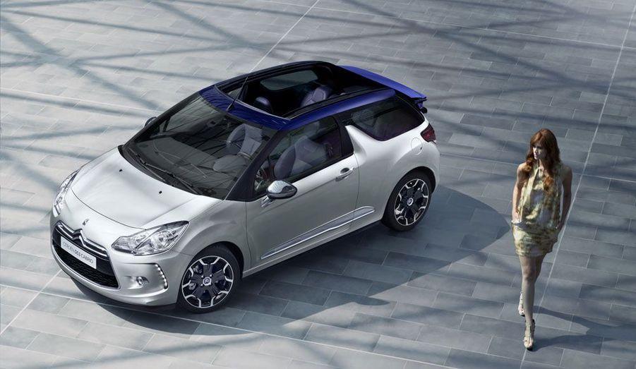 Citroën a dévoilé vendredi les premières images de sa très attendue DS3 Cabrio. Une simple capote en toile offre le ciel à la compacte haut de gamme des chevrons. La solution a le mérite de l'élégance -la ligne racée de l'auto est préservée- et de ne pas surcharger la DS3, qui accuse un surpoids de 25 kg à peine, selon Citroën.