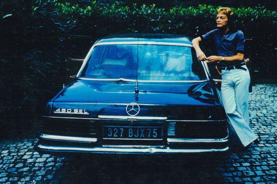 Claude François avec sa Mercedes 450 SEL criblée de balles