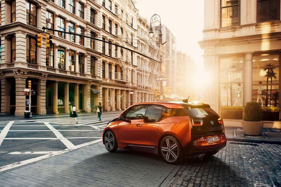 Compacte mais élégante, la BMW i3 inaugure une nouvelle gamme électrique chez le constructeur bavarois, annoncée par plusieurs concept-cars ces dernières années. Le moteur électrique développe l'équivalent de 170 chevaux, expédiés aux roues arrières. BMW promet un plaisir de conduite particulièrement soigné, grâce à une répartition des masses très équilibrée.