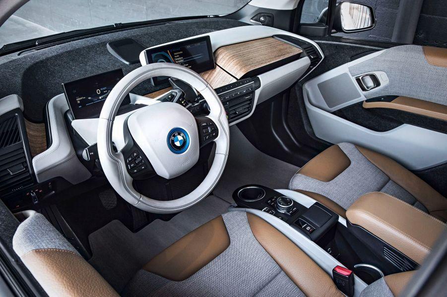 A bord, l'ambiance se veut moderne, avec un dessin original des commandes. Les matériaux se veulent «durables». BMW se vante notamment d'utiliser des fibres de carbone recyclée à hauteur de 10%.