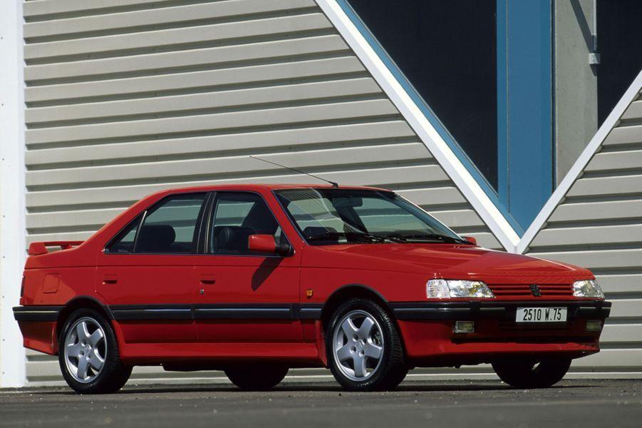 Face à la 405 T16, difficile de ne pas penser aux succès de Peugeot sur le Paris-Dakar ou dans la course mythique de Pikes Peak à la fin des années 1980. La version de série n'a pas le look délirant des voitures de course du même nom, mais elle n'en reste pas moins très spéciale. Les 200 chevaux de son quatre-cylindre turbocompressé passent à la route grâce à quatre roues motrices, une vraie exclusivité pour une berline française. Le 0 à 100 km/h est effacé en 7 secondes.