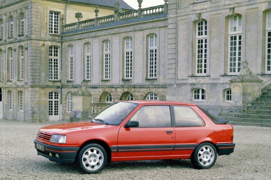 En 1987, la 309 GTI emprunte à la 205 GTI son quatre-cylindres 1.9 de 130 chevaux. Avec un poids de 930 kg seulement, elle dépasse les 200 km/h en vitesse de pointe.