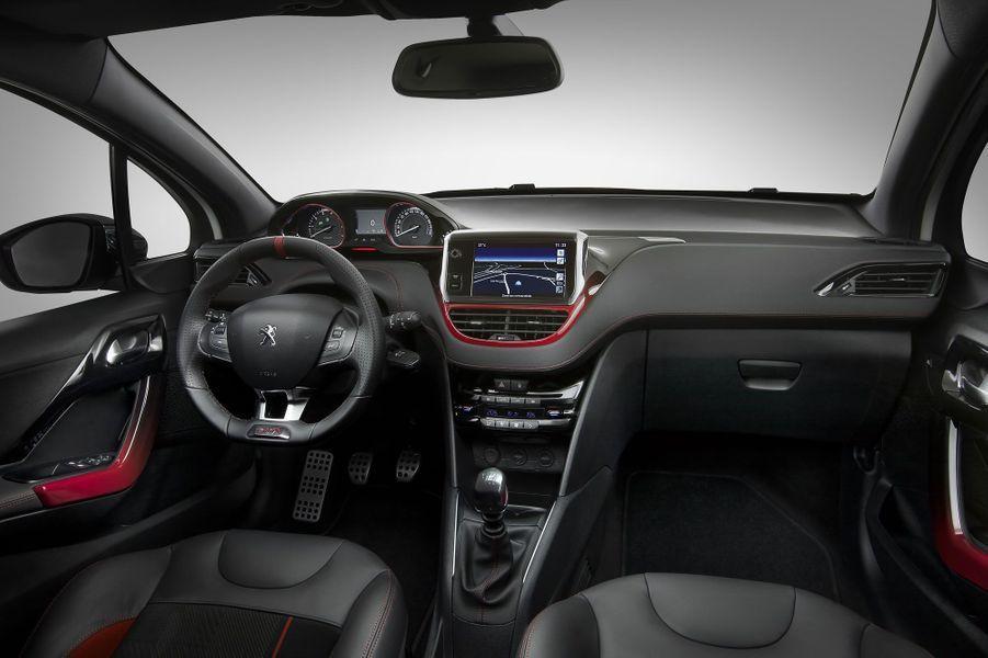L'ambiance à bord de la 208 GTI est soignée. Les inserts colorés évoquent l'ancêtre, tandis que l'écran tactile, présent sur la quasi-totalité de la gamme, témoigne de la modernité de l'auto.