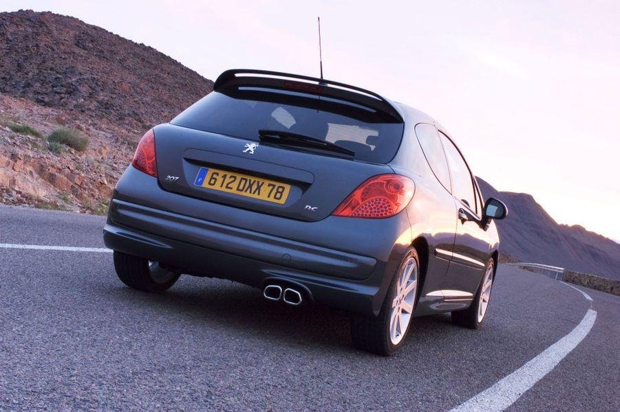 Comme la 106 et la 206, la 207 ne reprend pas le prestigieux badge GTI. La version RC de 2007, avec 175 chevaux, est une vraie sportive, même si elle ne fait pas d'ombre à la Renault Clio RS de l'époque, plus puissante et plus affutée.