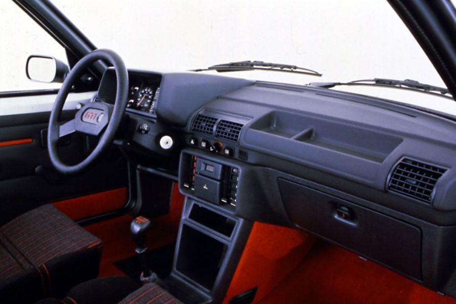 A l'intérieur de la 205 GTI, des touches de rouge signalent la vocation sportive de la voiture.