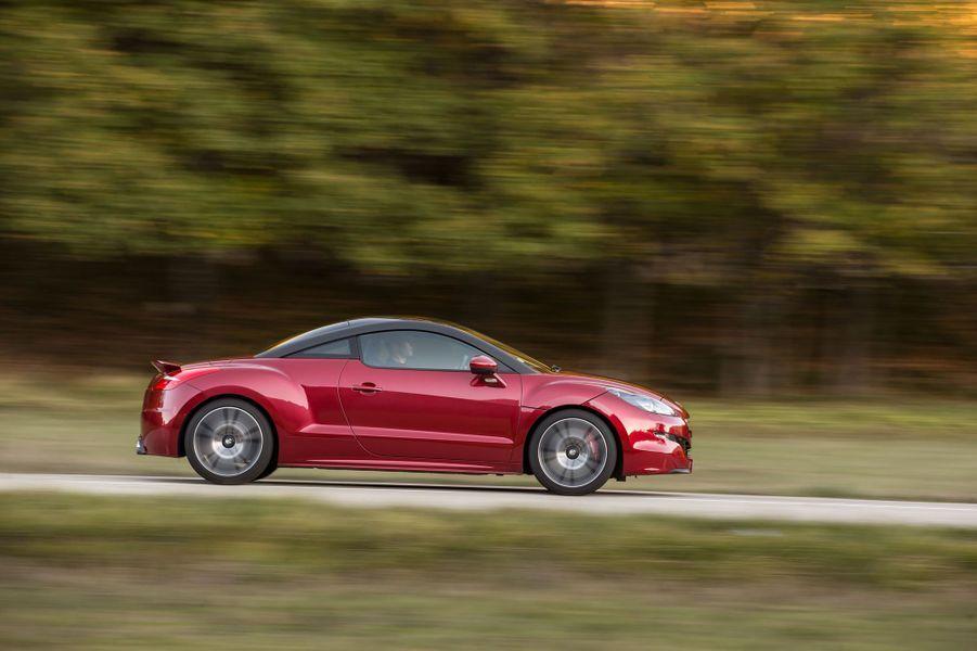Le très joli coupé RCZ a été décliné dans une version R en 2013. Avec 270 chevaux, il efface le 0 à 100 km/h en 5,9 secondes.Notre essai du Peugeot RCZ