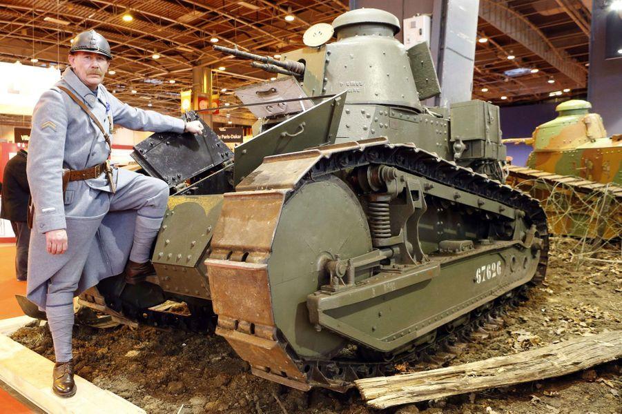 Un tank Renault de 1918, replacé dans l'ambiance de la Première Guerre mondiale.