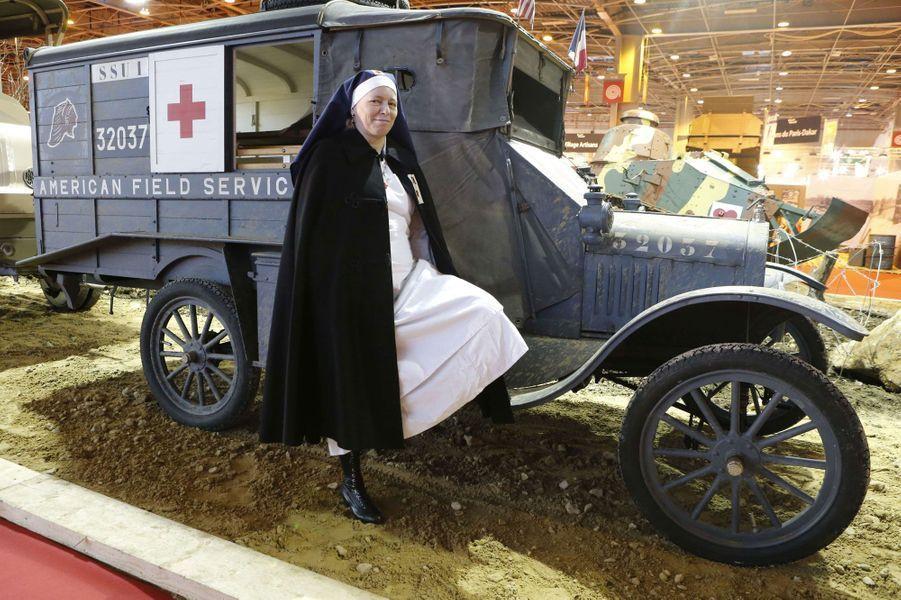 Dans les allées du salon Rétromobile, parmi les 500 voitures exposées jusqu'à dimanche porte de Versailles, l'on trouve toujours des merveilles de l'histoire automobile. Prestigieuses voitures de sports ou modèles qui ont changé la face de l'industrie, toutes ces autos s'y côtoient. Et certains font même partie de la grande Histoire, comme cette ambulance sur base de Ford T de 1918.