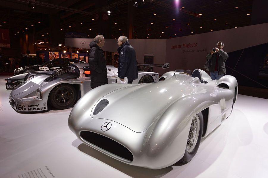 La Mercedes-Benz W 196 R Stromlinie de 1954 est exposée aux côtés d'une autre «flèche d'argent», la Sauber Mercedes C9 de 1989, victorieuse aux 24 heures du Mans.