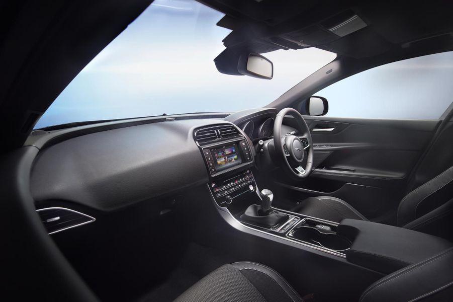 A bord d'une Jaguar XE en finition R-Sport