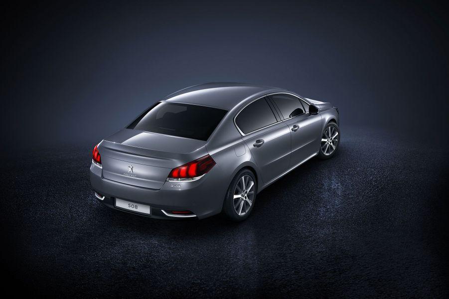 Sous le capot, la 508 peut désormais accueillir un nouveau moteur essence 1.6 THP plus puissant que l'ancienne génération (165 chevaux contre 156) et aux émissions de CO2 réduites (129 g/km contre 144 g/km).