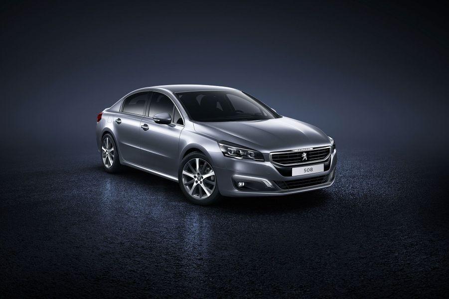 Peugeot vient de dévoiler le restylage de sa grande berline. La 508 est désormais plus proche du reste de la gamme du Lion, avec des optiques remaniées. L'élégante auto reçoit également une nouvelle calandre et de nouveaux boucliers.