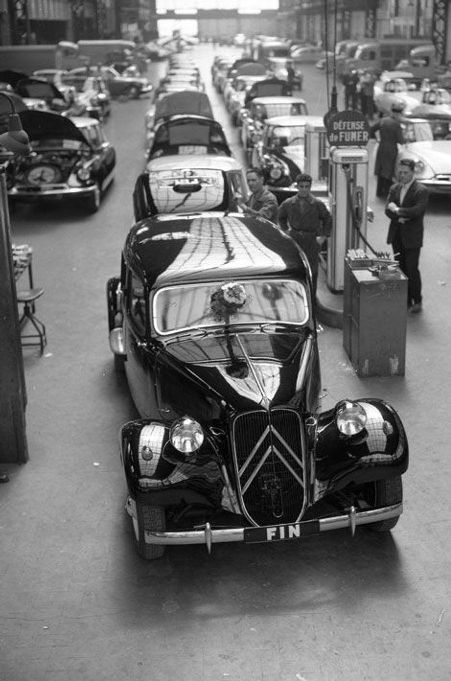 La dernière Traction Avant est produite le 25 juillet 1957. Le concessionnaire Citroën de Saint-Malo est venu en prendre livraison.