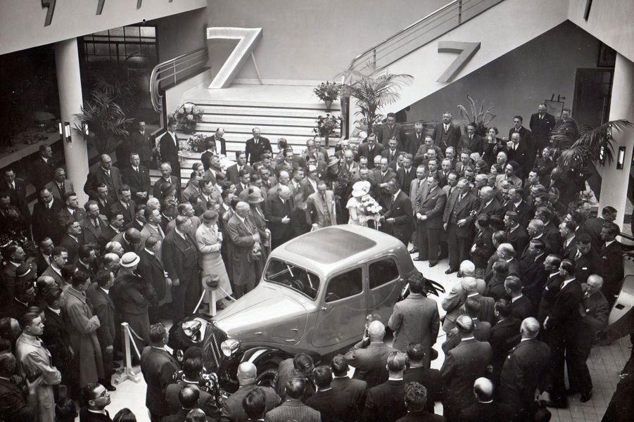 La Traction Avant est dévoilée à Amsterdam le 25 mai 1934, dans le magasin d'exposition. Le nom officiel de la nouvelle Citroën est 7A. Mais la presse et les amateurs d'automobiles la rebaptisent rapidement Traction Avant, car c'est bien ce qui distingue cette voiture révolutionnaire : les roues avant sont motrices et directrices.