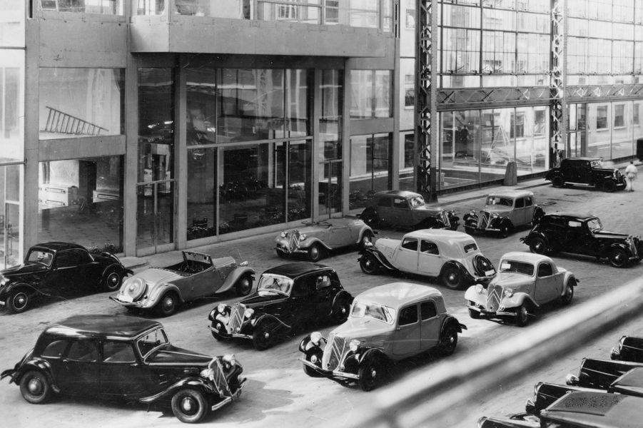 Née en 1934, la Traction Avant est toujours l'un des modèles les plus emblématiques de Citroën. A l'occasion de ses 80 ans, la marque aux Chevrons retrace l'aventure de cette auto révolutionnaire, dont la carrière a duré 23 ans.Conçue en un an par André Citroën et André Lefebvre, la Traction Avant est fabriquée par l'usine du quai de Javel, à Paris, entièrement aménagée pour accueillir la production du modèle phare. Elle sera aussi fabriquée à Slough, en Angleterre, à Forest, en Belgique et à Cologne en Allemagne.