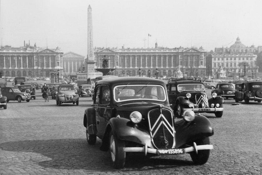 La Traction Avant fait partie du paysage, comme ici place de la Concorde à Paris, en 1955.