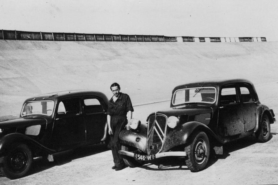 Deux Traction Avant sur le circuit de Montlhéry, où les autos étaient testées.