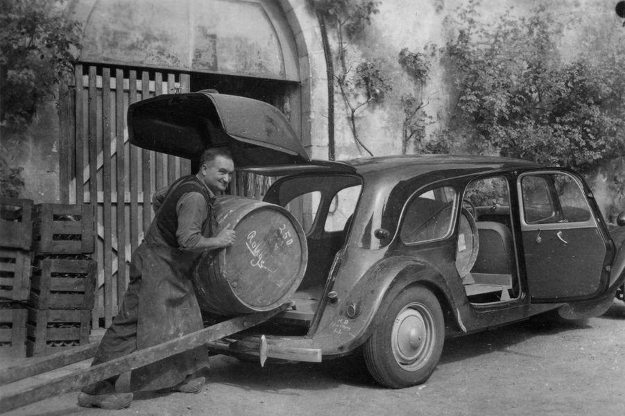 Une version «Commerciale», destinée à embarquer de gros chargements, est lancée en 1938.