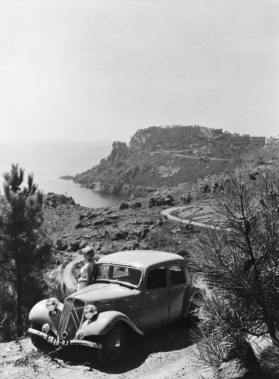 A l'été 1934, la Traction Avant 7S sillonne la Corse pour un calendrier qui paraîtra l'année suivante.