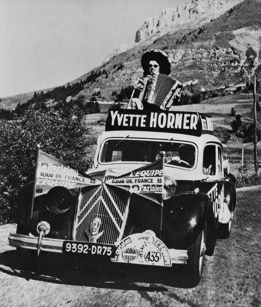 En 1954 et 1955, l'accordéoniste Yvette Horner avait «sa» Traction pour suivre la caravane du Tour de France.