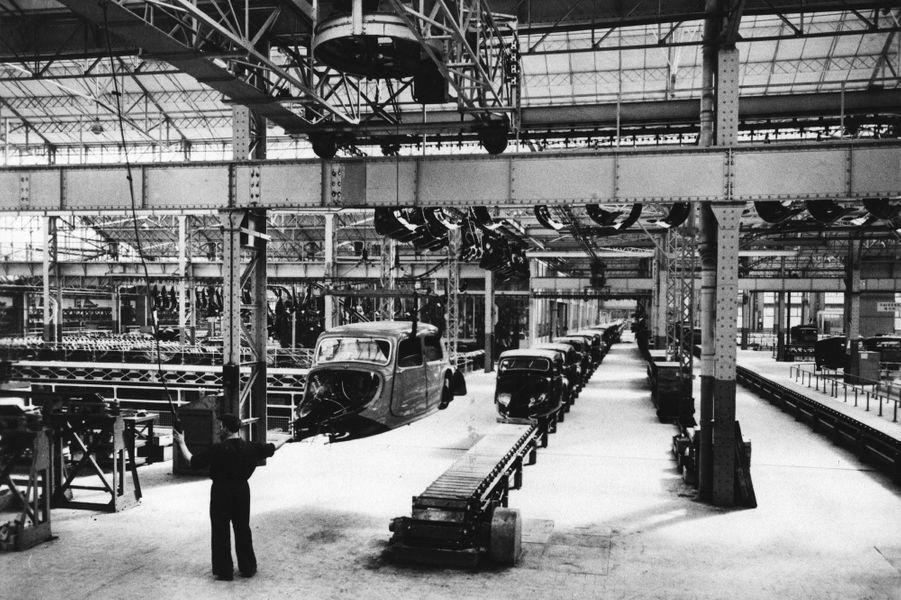 Sur la chaîne de montage, une des originalités techniques de la Traction Avant est évidente : elle est dotée d'une carrosserie monocoque en acier.