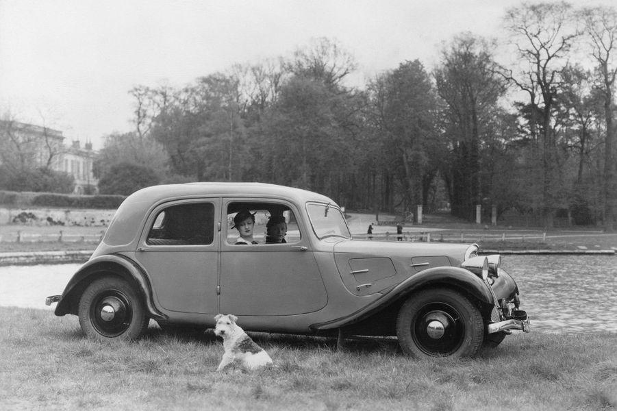 La Traction Avant 7A abrite sous son capot avant un moteur de 32 chevaux, qui lui permet d'atteindre les 95 km/h. Dès le mois de juin 1934, un moteur de 35 chevaux est proposé, qui porte la vitesse maximale à 100 km/h. La version sportive 7S atteint 110 km/h grâce à un moteur porté à 46 chevaux.