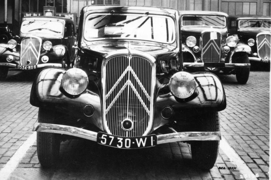 Cette étude de 1935 esquisse un restylage de la Traction Avant : les phares avant sont bombés et plus intégrés dans les ailes.