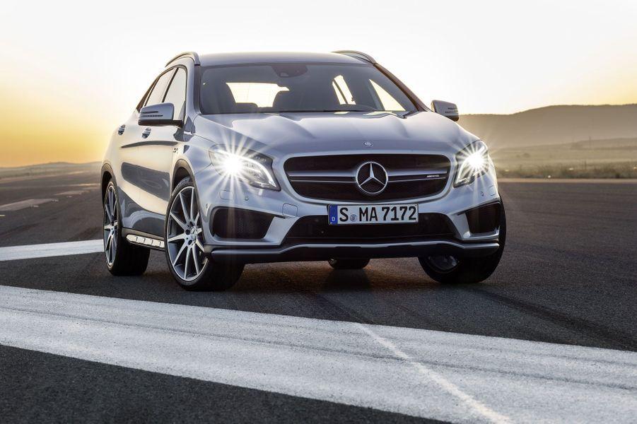 Mercedes a dévoilé mardi des images de son GLA 45 AMG, déclinaison ultrasportive de son petit SUV sur base de berline Classe A. L'engin, doté de quatre-roues motrices, développe 360 chevaux et abat le 0 à 100 km/h en 4,8 secondes, de quoi donner des frayeurs à son adversaire déclaré, l'Audi RSQ3.