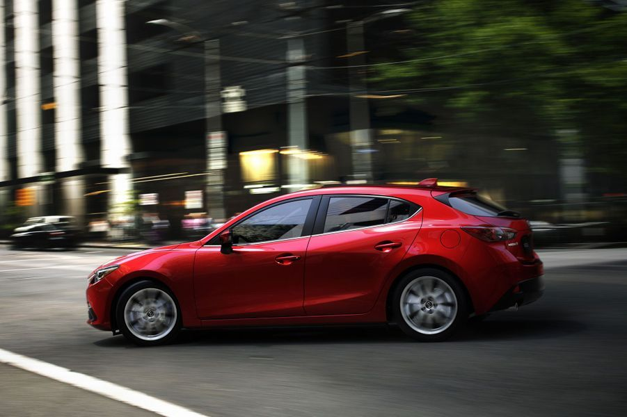 La Mazda 3 sera dotée des nouveaux moteurs Skyactiv, essence et diesel. Un système de récupération d'énergie sera disponible. L'entrée de gamme sera un quatre cylindres essence 1,5 litre développant 100 chevaux. Côté diesel, seul un 2.2 de 150 chevaux sera disponible au lancement.